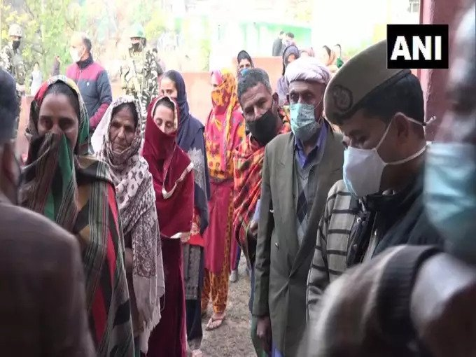 Jammu & Kashmir People got out in the cold to cast their votes in the fifth phase of the DDC election