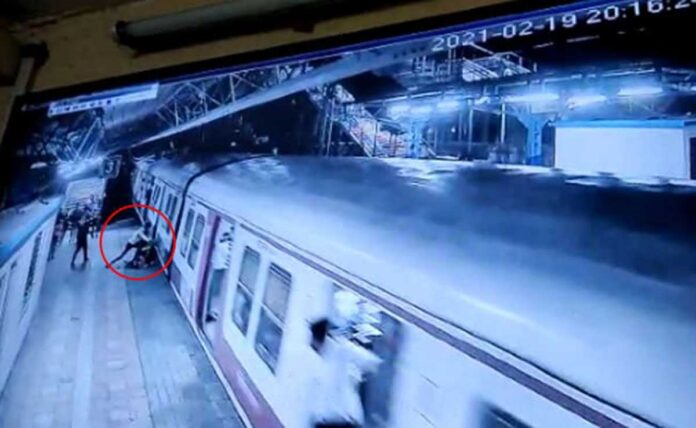 Mumbai: Aashiq pushed the young woman in front of the moving train when she refused to marry cctv footage viral