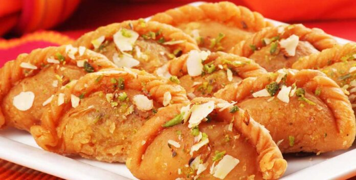 Get delicious, healthy Gujhiya of different tastes in Holi