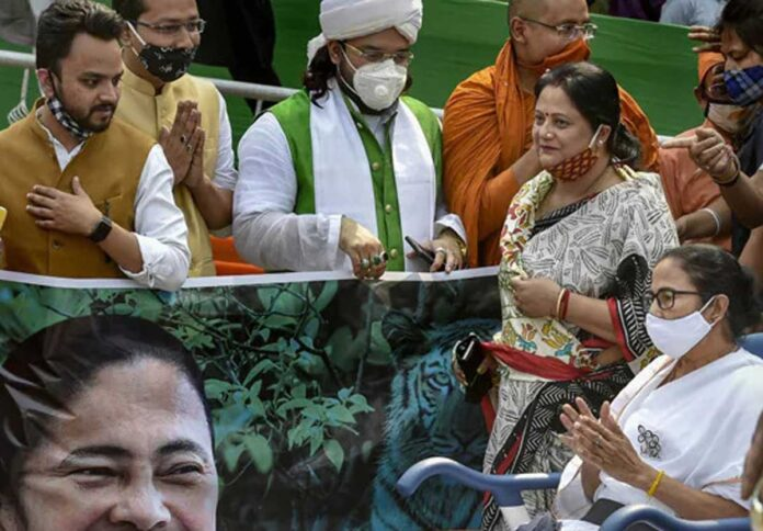Mamata Banerjee arrived in a wheelchair on her first road show on Sunday - Said I will never bow down