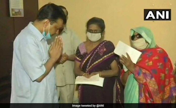 Arvind Kejriwal gave 1 crore rupees to the family of frontline worker, died due to corona