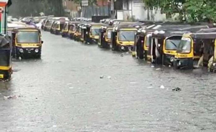 Mumbai local train service affected, Mithi river in spate, 250 people shifted