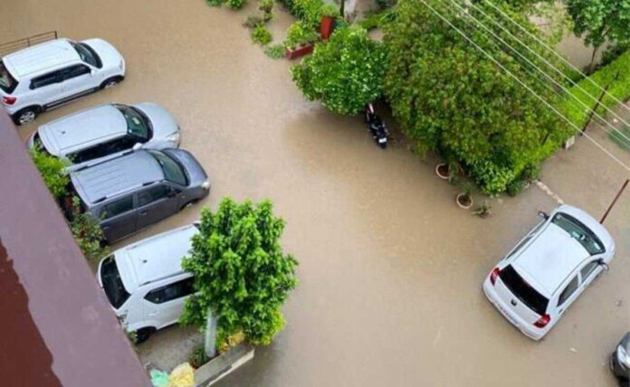 Cars floating in Gurgaon due to water logging collide with each other