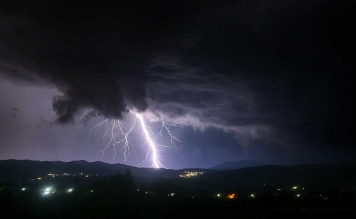 Death of selfie takers due to lightning in Jaipur, 41 deaths in UP